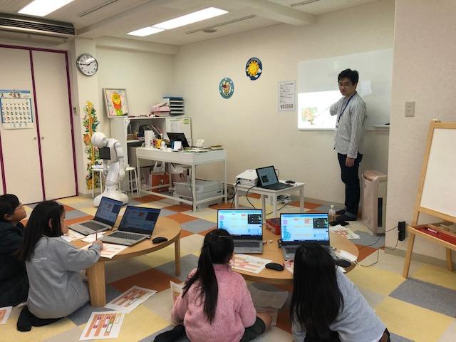 いつもの授業の様子です。アットフォーム な雰囲気と優しく丁寧に、楽しくみんなで学習しています。